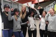 Glade jenter i stallen